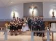 アメリカの結婚式での記念写真。中央が花嫁花婿。花嫁のすぐわきに立つ女性がメイドオブオーナー。その横に立つ女性たちがブライダルメイド。花婿のすぐわきに立つのがベストマン。その横に立ち並ぶ男性陣がウッシャー。