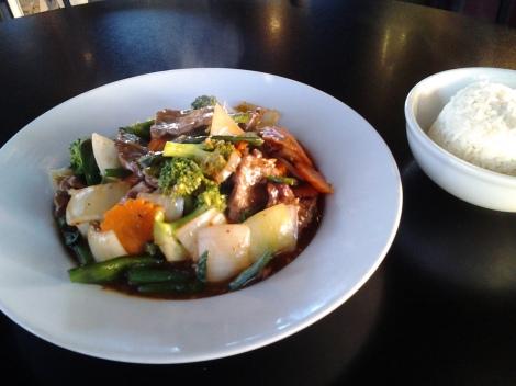 タイ料理と言うよりは中華料理風。一人で食べるには多すぎで、食べ残した分は持ち帰りました。