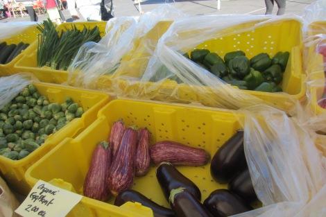 地元の農家が収穫したばかりのオーガニック野菜がたくさん並んでいました。